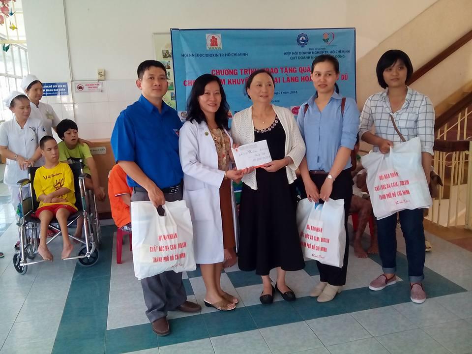 Tặng quà tết cho các Cơ Sở Trẻ Em Khuyết Tật TP.HCM