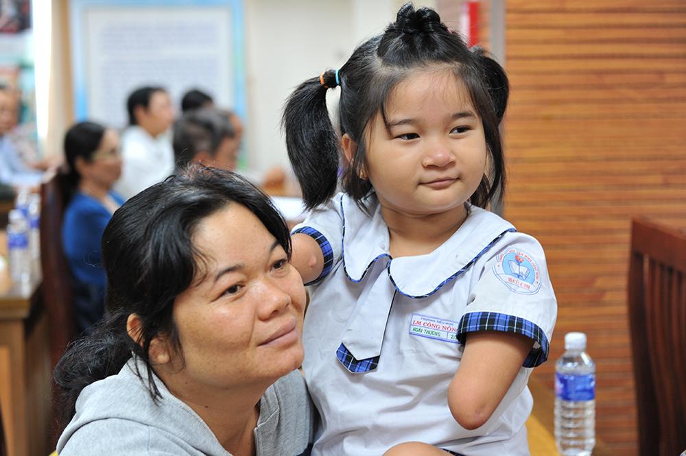 Nguyễn Hoài Thương thiếu chân tay nhưng vẫn đến trường đều đặn mỗi ngày