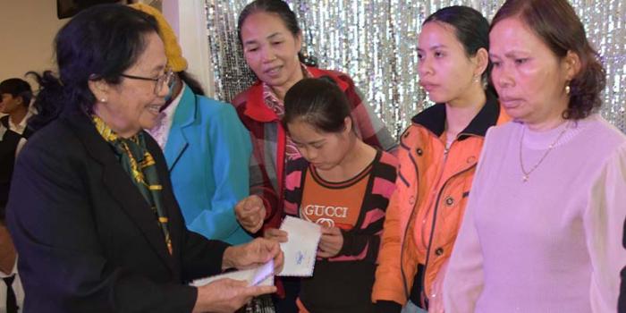 Tặng quà Tết cho nạn nhân chất độc Da cam/Dioxin